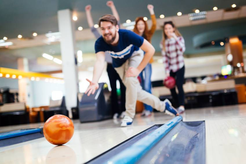 (c) nd3000 - Friends having fun while bowling(Microstock Bildagentur Fotolia.de)
